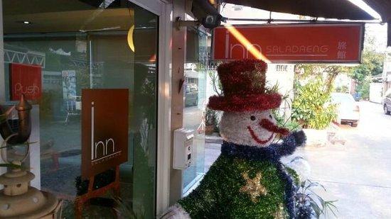 The Inn Saladaeng: ด้านหน้าโรงแรมครับ เริ่มประดับประดาสัสันวันคริสมาสต์แล้ว