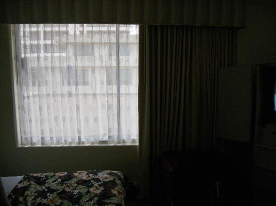 OHANA Waikiki East Hotel: dark and gloomy room overlooking roof