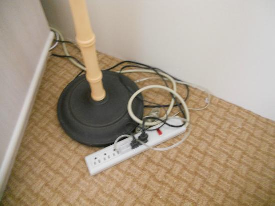 OHANA Waikiki East Hotel: wiring in room is sub standard