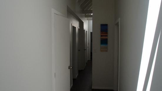 Hekerua Lodge Backpackers Hostel: Corridor to Toilet, Showerroom and powder room