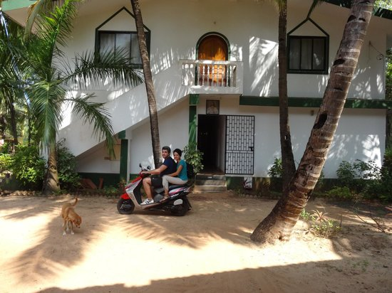 Mango Grove Guest House, Benaulim: en scooter devant la maison