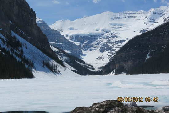 Fairmont Chateau Lake Louise: May 2012 They'd had a long winter so still ice on the lake