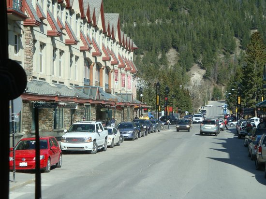 Fairmont Banff Springs: Great shopping within easy walking distance but shuttles available for the exercise-challenged