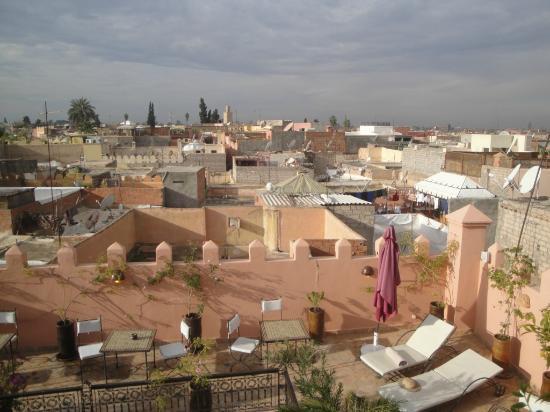 Riad Aya : vue sur la terrasse du riad et les toits