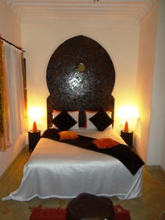Riad Aya : lit chambre girofle