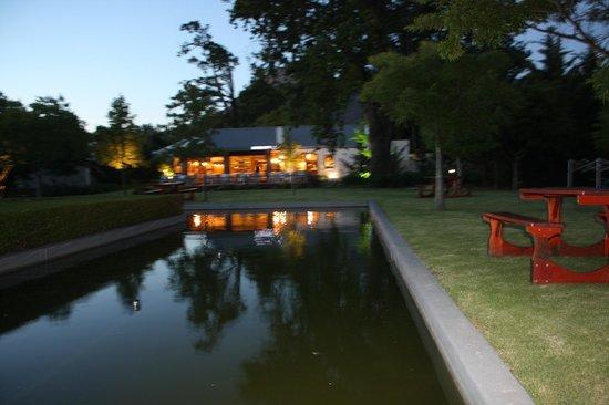 """The Millhouse Kitchen : Abendlicher Blick auf das Restaurant """"Lourensford"""""""