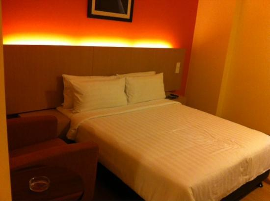 Sky Express Hotel Bukit Bintang : the bed - Studio room