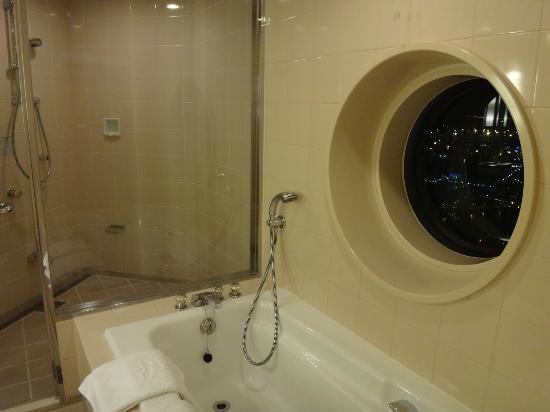 Yokohama Royal Park Hotel: バスルームの丸い窓がかわいい
