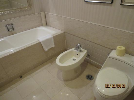 Beijing Hotel NUO: Bath and toilet room