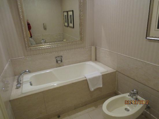 Beijing Hotel NUO: Swparate bathh and Toilet area
