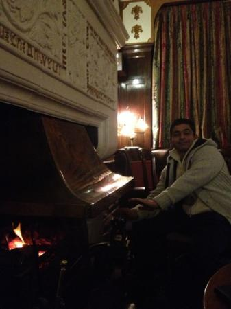 Bryn Howel Hotel: having a warm on the fire