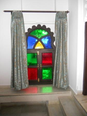 Amet Haveli: lovely tall bathroom window