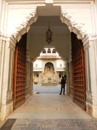 Amet Haveli : entrance to the Haveli courtyard