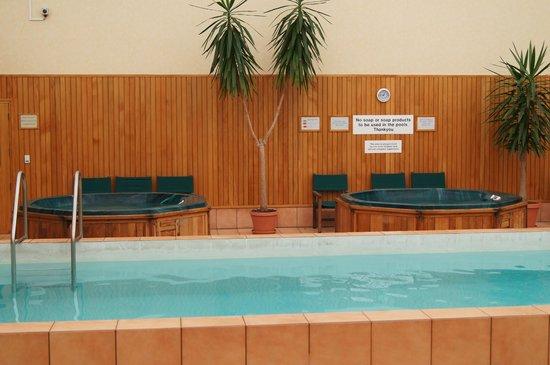 Kingsgate Hotel Hamilton: Jacuzzi i basen na parterze w budynku recepcji.