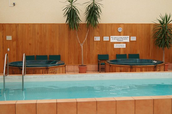 Distinction Hamilton Hotel & Conference Centre: Jacuzzi i basen na parterze w budynku recepcji.