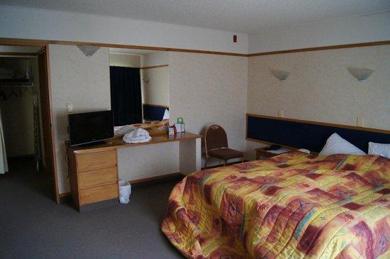 Distinction Hamilton Hotel & Conference Centre: Sypialnia, do której przylega duży salon z dodatkowym łóżkiem.