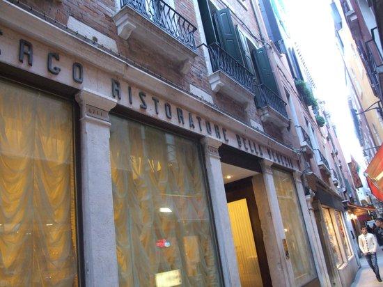 Bella Venezia: La façade du Bella Venezia 