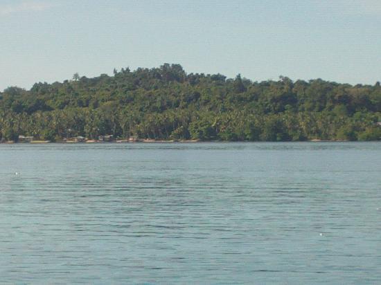 Mansinam Beach Resort: tampak pulau mansinaam di seblah