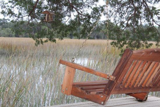 Blue Heron Inn: Relaxing in a swing in the backyard