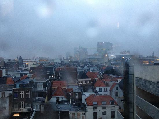 Ibis Den Haag City Centre: Room with a View - The Hague at Night Rain