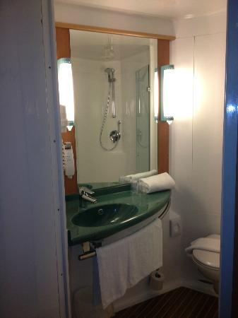 Ibis Den Haag City Centre: Boat Bathroom
