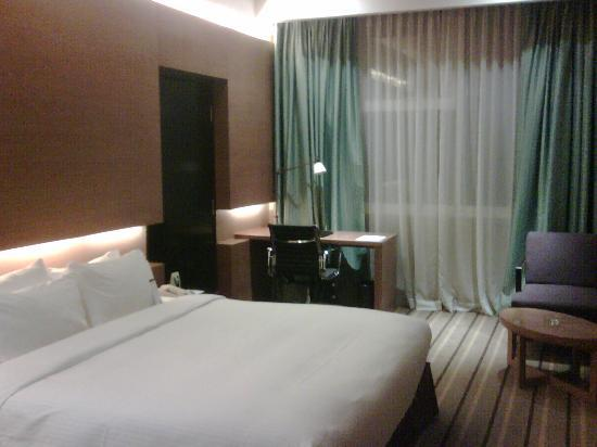 Grand Mercure Singapore Roxy: My spacious room and working desk