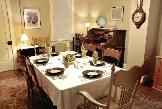 The Queen - A Victorian Bed and Breakfast: White House