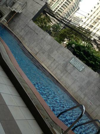 Honey Hotel : the pool and wire cables