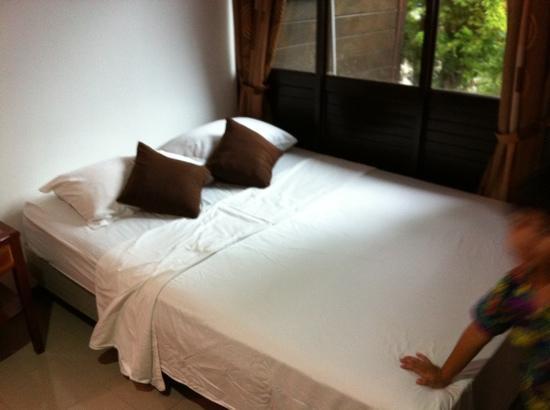 นิพาห์ เบย์ วิลล่า: A double bed