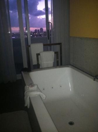 Shore Club South Beach Hotel: the bathrooms are gorgeous and our had a balcony