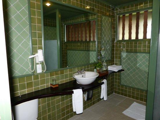 Angkor Village Hotel: Salle de bain avec douche