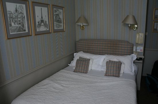 Hotel du Champ de Mars: tight squeeze but nicely decorated