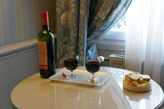 Hotel du Champ de Mars: We had wine and cheese in our room, it was a bit tight