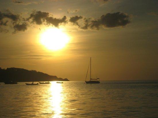 Sabor Mediterraneo: Puesta de Sol de Playa Hermosa