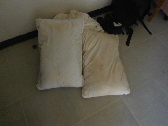 Kohhai Fantasy Resort & Spa: oreillers très sales et draps sales plein de sable, non changés!