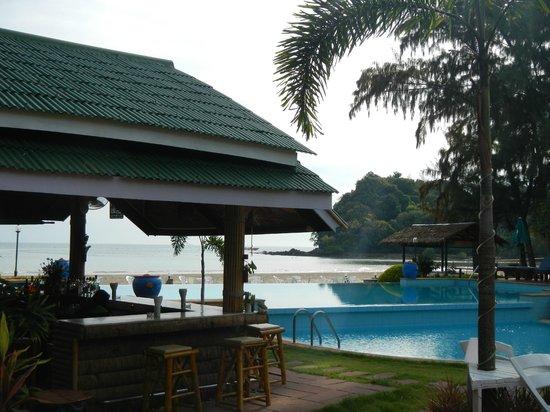 Twin Bay Resort: Pool / bar area
