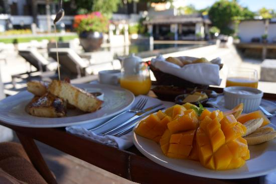 Abaca Boutique Resort: Breakfast by the pool