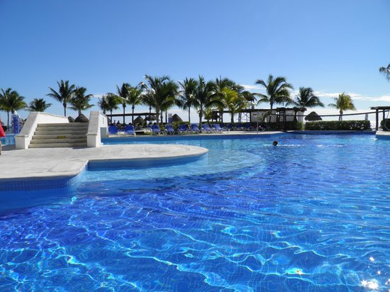 BlueBay Grand Esmeralda: Piscina