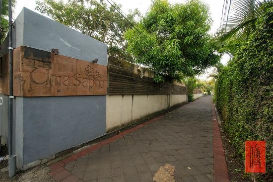 أوما سبانا: entrance street 