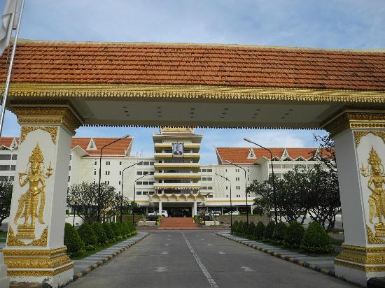 Hotel Cambodiana: Front of the hotel