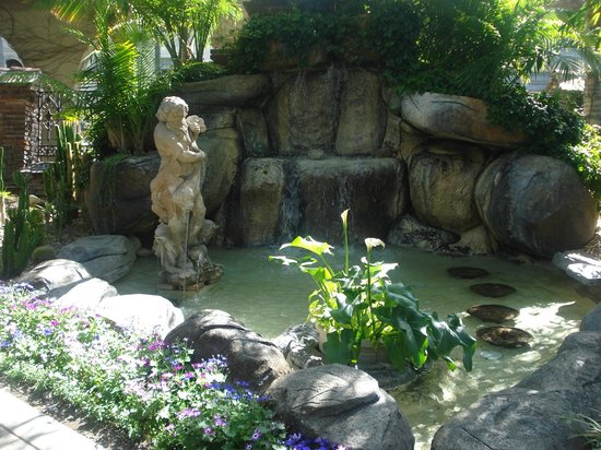 The Mission Inn Hotel and Spa: cascade dans le jardin