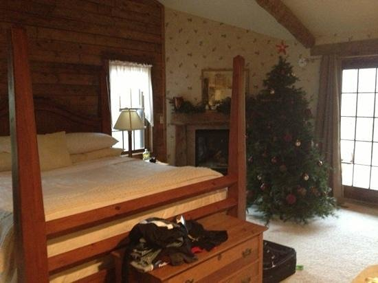 Chanticleer Guest House: cabin with a lovely Christmas tree