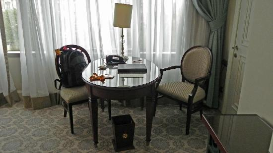 The Ritz-Carlton, Istanbul: Work desk.