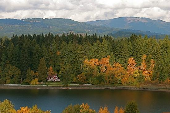 Camas Hotel: Lacamas lake is just 1.5 miles from hotel. Jogging trails are within reach of Cama Hotel