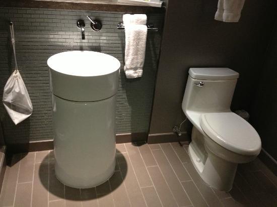 Loews Chicago O'Hare Hotel: Bathroom