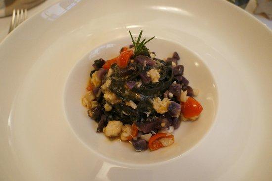 Ristorante Fondo al Banchetto : spaghetti al nero di seppia con ragù bianco di pesce e patate viola