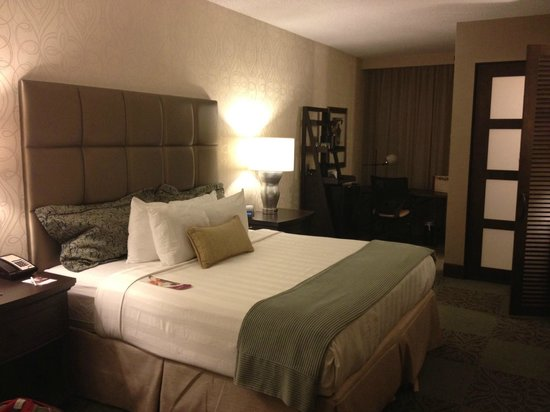 Crowne Plaza Charleston Airport Convention Center: Room from entryway