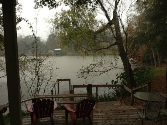 Cajun Country Cottages Bed and Breakfast: Magenta Cottage - Rainy day view:-)