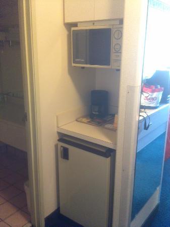 Rodeway Inn - Loveland: Microwave and fridge