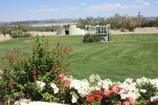 Elephant Butte Inn: East Lawn with new pavilion